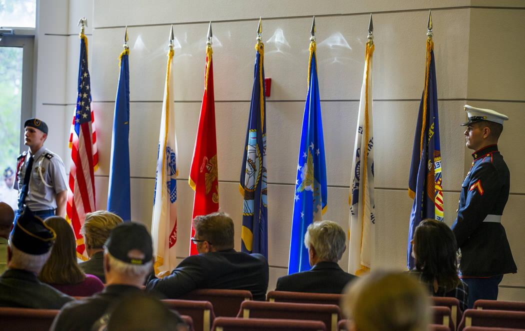 Una bandera estadounidense y las de cada rama del servicio militar se exhiben durante la tercer ...