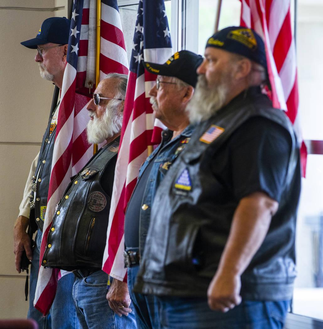 Los Jinetes de la Guardia Patriota de Nevada son los abanderados estadounidenses durante la ter ...