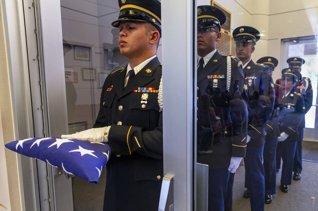 Soldados de la Guardia de Honor del Ejército durante la tercera ceremonia de Missing in Nevada ...