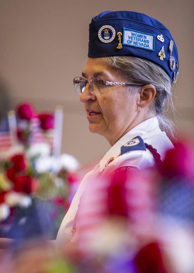 La sargento mayor retirada de la Fuerza Aérea, Bobi Oates, les da la bienvenida a todos a la t ...