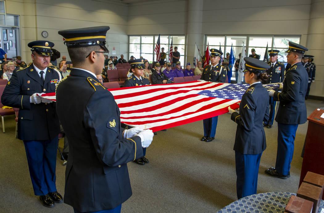 Soldados de la Guardia de Honor del Ejército realizan una presentación de plegado de banderas ...