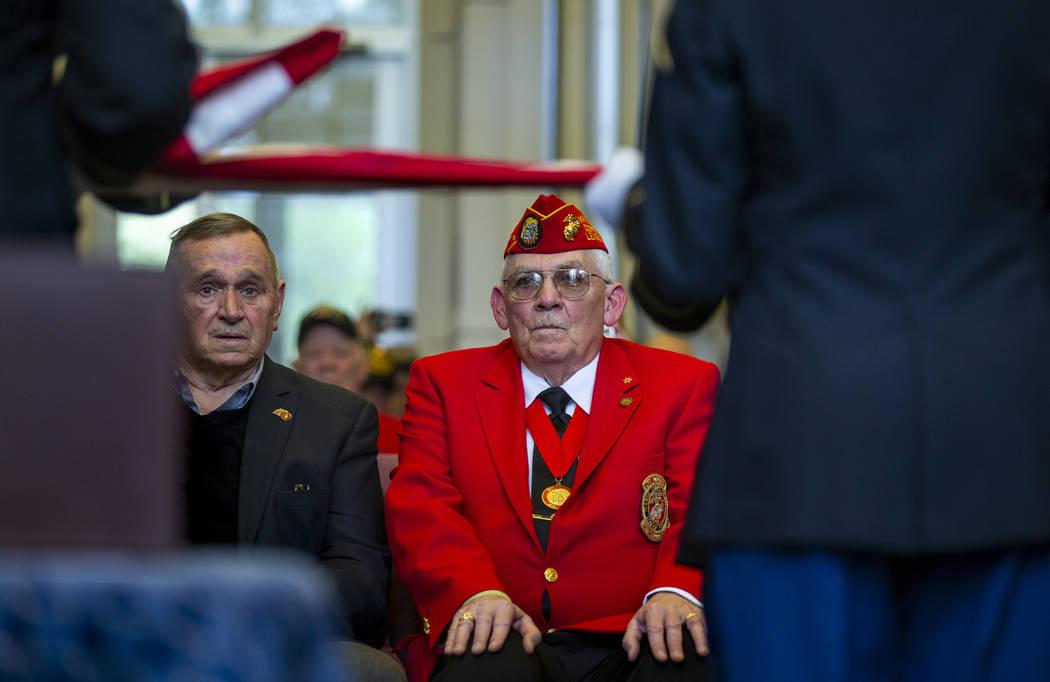 """El Teniente General de Infantería de la Marina retirado Emil """"Buck"""" Bedard, a la izquierda, y ..."""