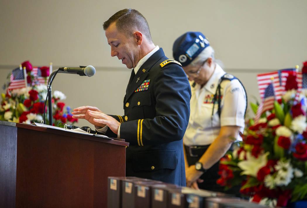 El Capellán del Ejército, el Capitán Troy Dandrea, da un discurso durante la tercera ceremon ...