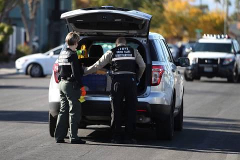 La policía de Las Vegas investiga la escena de un tiroteo que dejó a un menor muerto en la in ...