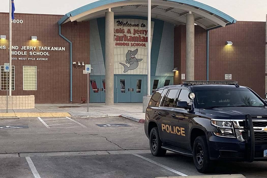 La policía del Distrito Escolar del Condado de Clark fue vista en la Escuela Secundaria Tarkan ...