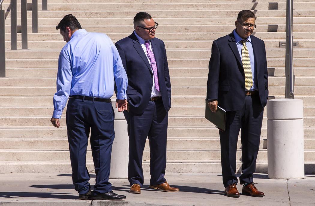 Los acusados Bradley Campos (izquierda), Diego García y César Morales abandonan el Juzgado Ll ...