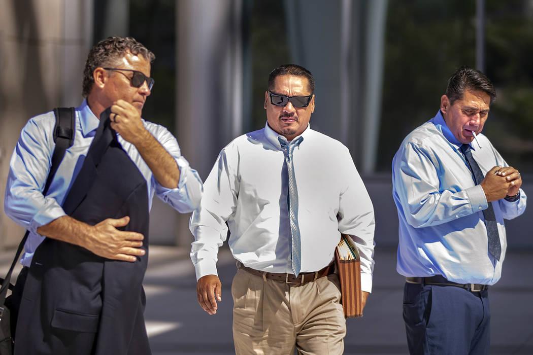 El abogado Mark Fleming, a la izquierda, camina con el acusado Albert López fuera de la Corte ...