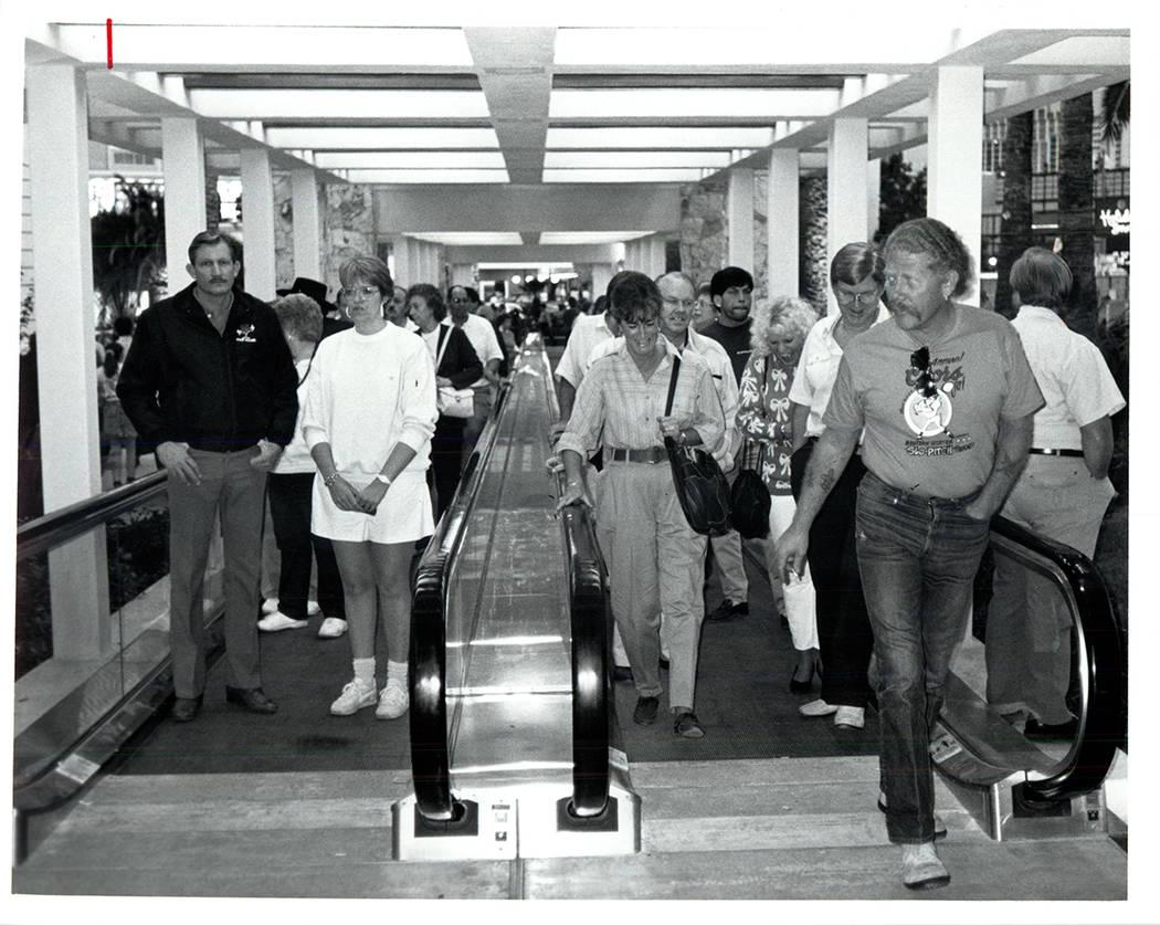 Las vías de transporte de personas traen a los visitantes al Mirage el 22 de noviembre de 1989 ...