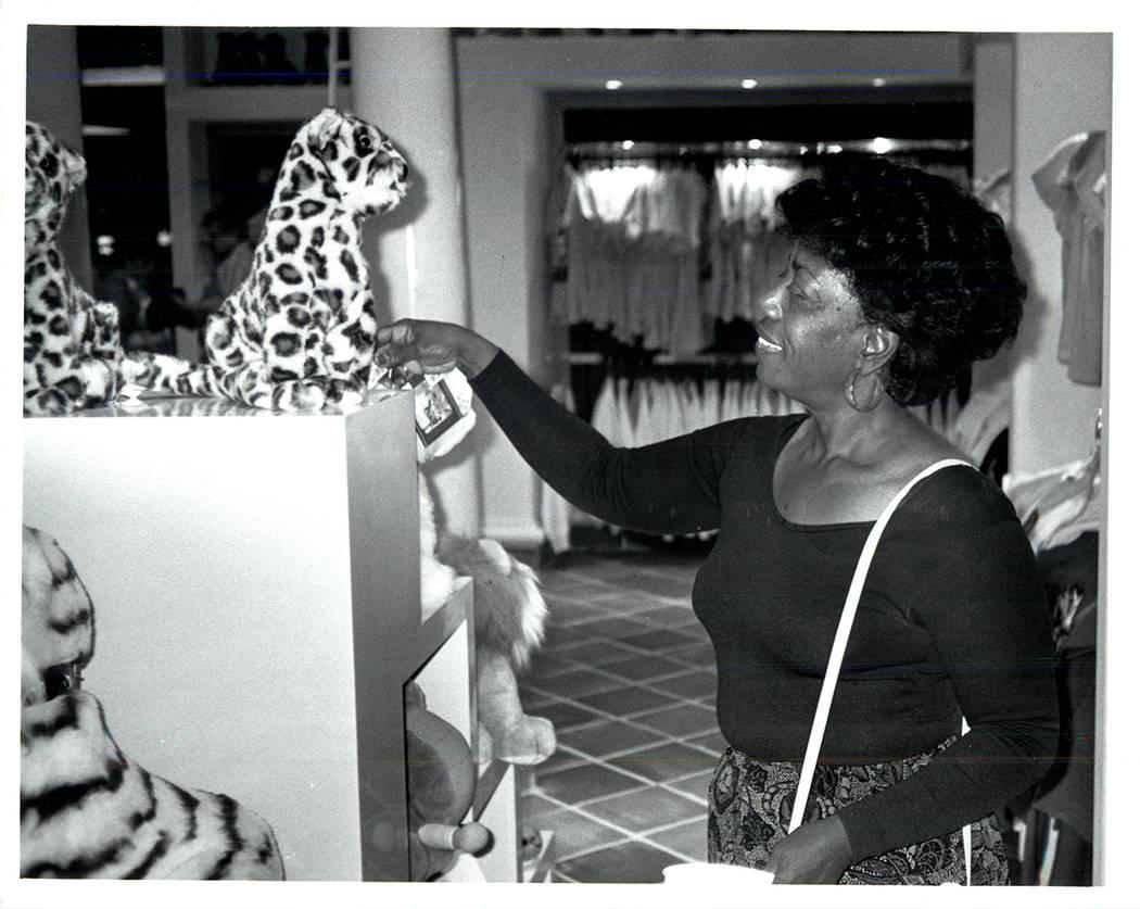 Una visitante admira un tigre de peluche en la tienda de regalos del Mirage el 22 de noviembre ...