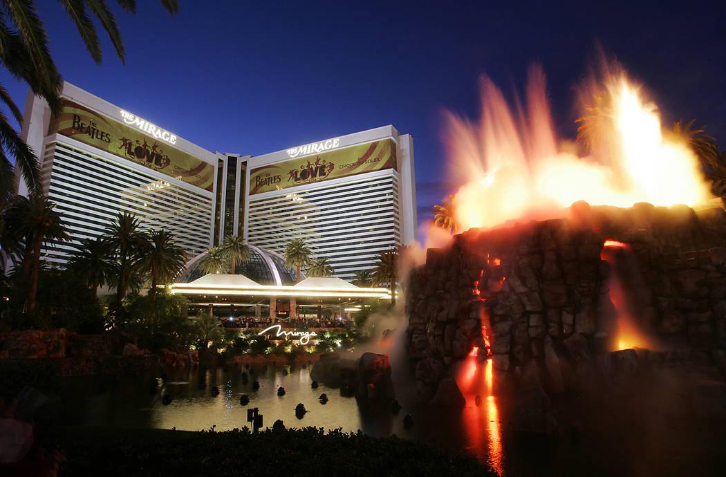 El MIrage se muestra en el Strip de Las Vegas la noche del miércoles, 18 de noviembre de 2009. ...