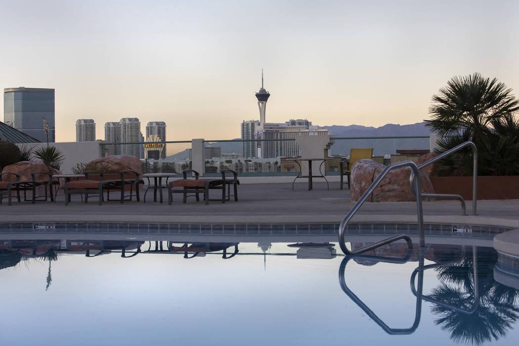 La piscina de la azotea da una vista a la ciudad en los apartamentos de Las Vegas Grand el lune ...