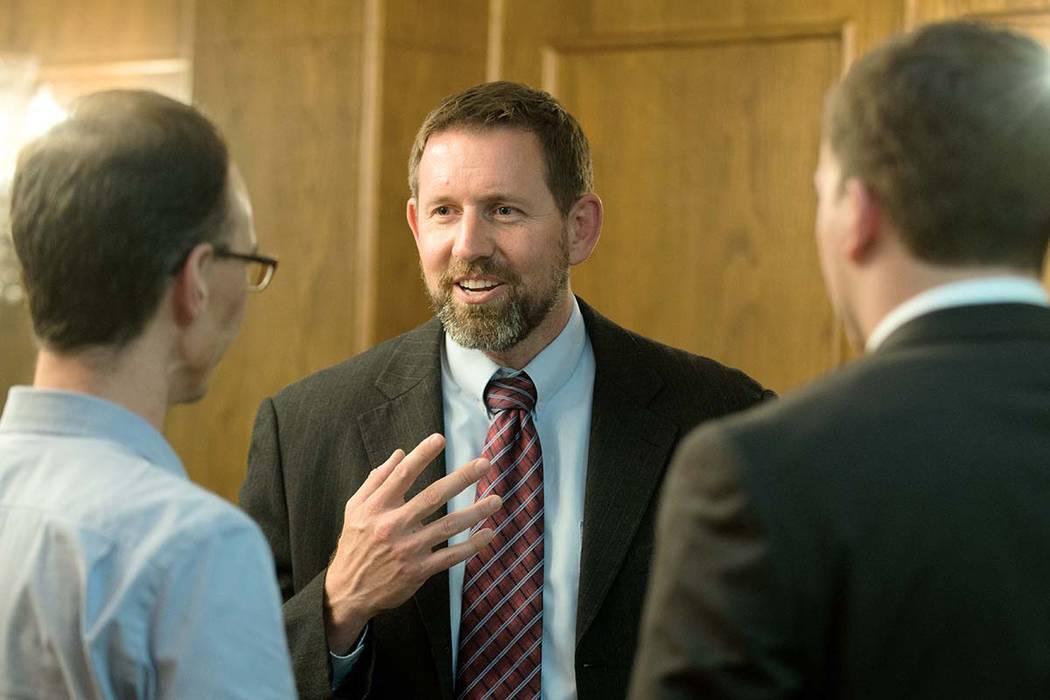 Lawrence VanDyke, centro, el 23 de septiembre de 2014 en Missoula, Montana, es un ex procurador ...