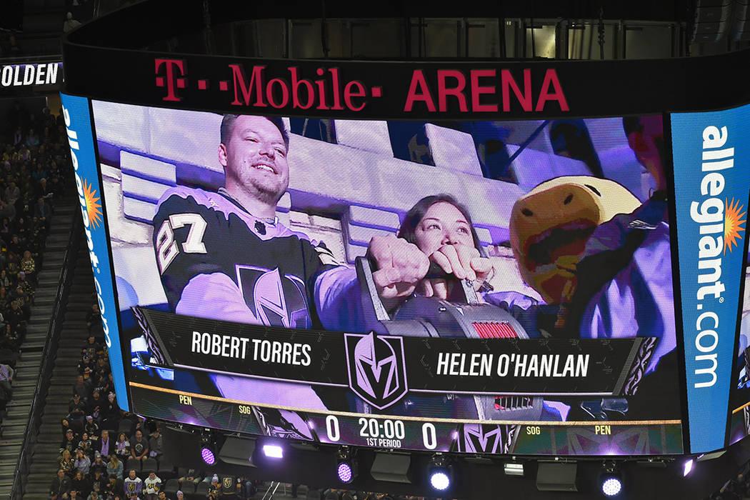 Robert Torres y Helen O'Hanlan se encargaron de dar la señal de inicio del partido. Ambos so ...