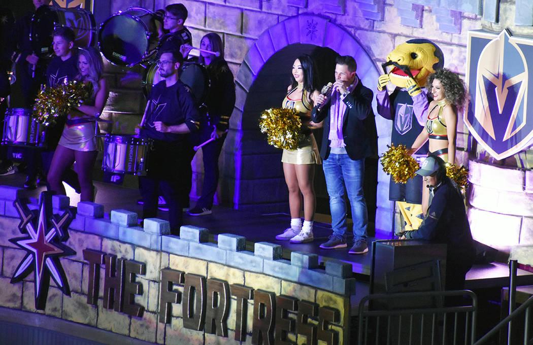 En una pausa, dirigentes de la fundación Vegas Golden Knights, entregaron un cheque por 75 mil ...