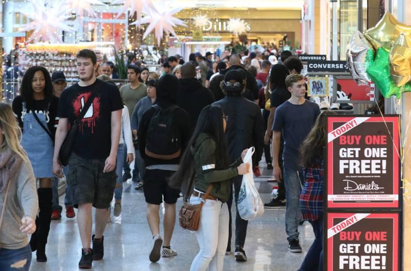 ARCHIVO.- Los compradores de rebajas del Black Friday llegan al centro comercial Galleria at Su ...