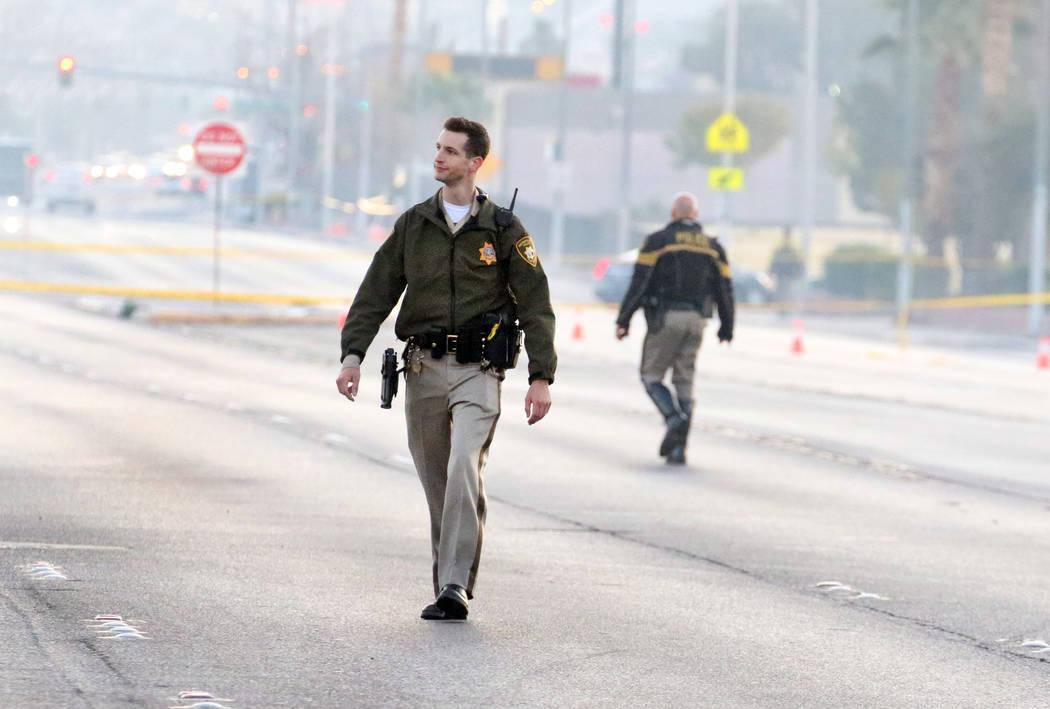 La policía está investigando un homicidio y un accidente automovilístico en East Lake Mead B ...