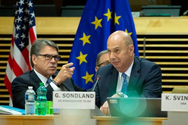 El secretario de Energía de Estados Unidos, Rick Perry (izquierda), y el embajador de Estados ...