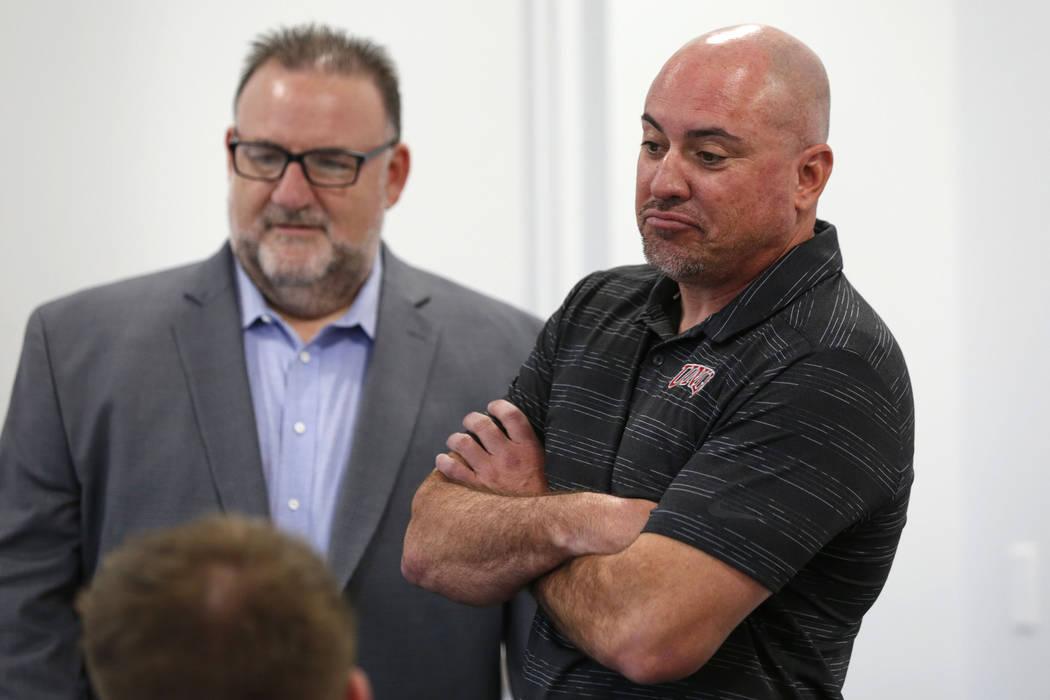 El entrenador principal de fútbol de la UNLV, Tony Sánchez, a la derecha, es visto con Mark W ...