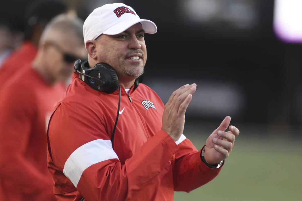 El entrenador de la UNLV, Tony Sánchez. (Foto AP/Mike Strasinger)