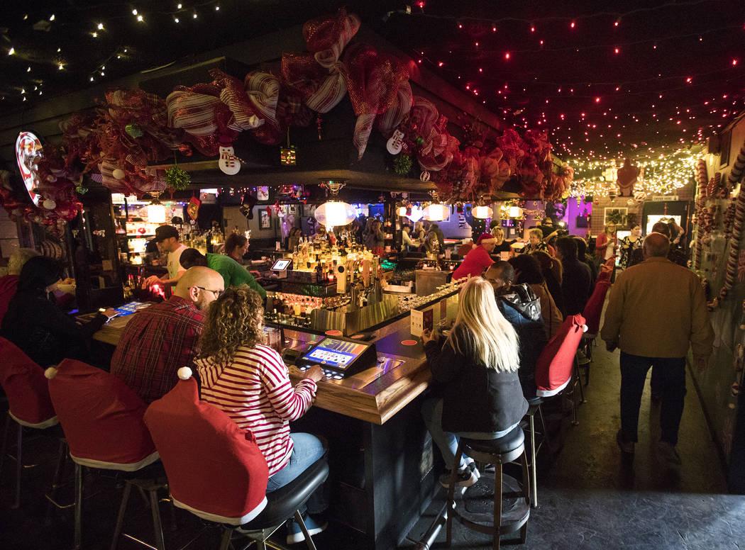 Invitados al bar del Sand Dollar Lounge en Las Vegas, lunes 25 de noviembre de 2019. El bar es ...