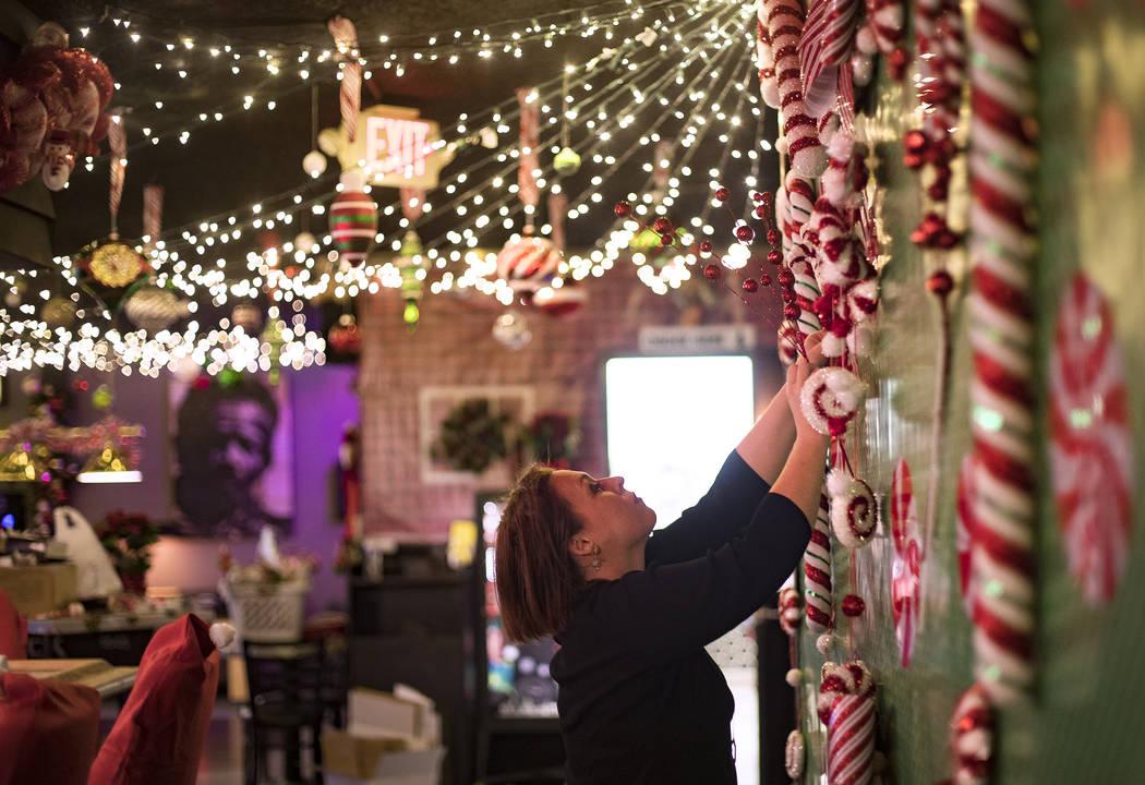 Sara Kiper decora una pared en el Sand Dollar Lounge en Las Vegas, el lunes 25 de noviembre de ...