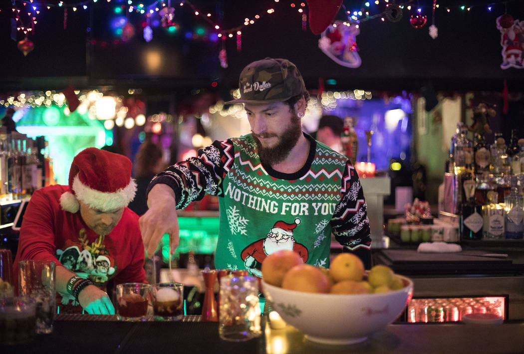 """Los bartenders Clint """"Spotty"""" Spotleson, a la izquierda, y Bryan Pierzga, a la derecha, mezclan ..."""