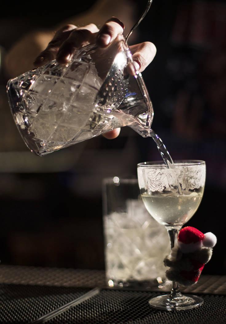 El bartender Keith Baker crea el cóctel Koala-La La La La, La La La La La, hecho de ginebra, t ...