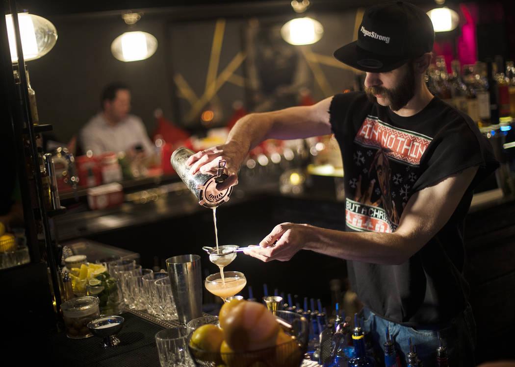 El bartender Keith Baker crea el Christmapolitan, hecho de vodka, flor de saúco, vermut seco, ...