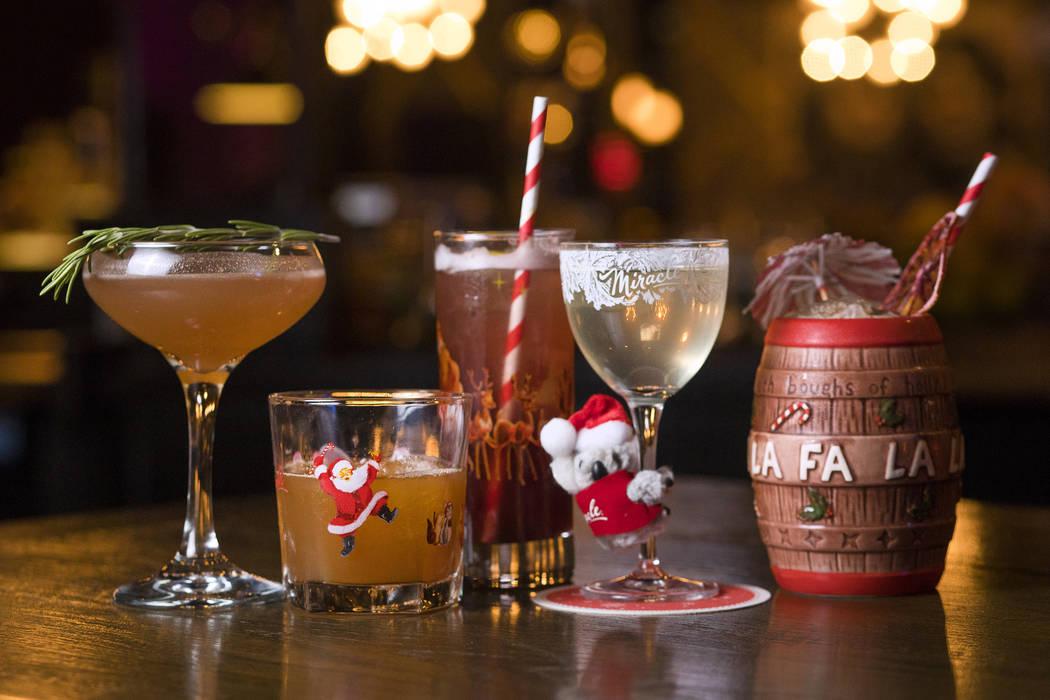 La alineación del Miracle Pop-Up Bar de izquierda a derecha, el Christmapolitan, el Snowball O ...
