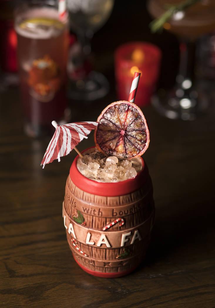 El Christmas Carol Barrel hecho de tequila blanco, licor de café, licor de naranja y coñac co ...