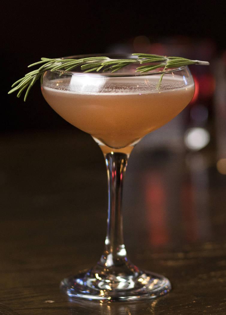 El Christmapolitan está hecho de vodka, flor de saúco, vermú seco, salsa de arándanos con e ...