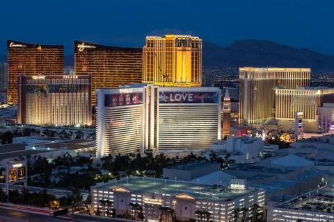 El horizonte del Strip de Las Vegas se ilumina al atardecer visto desde el VooDoo Lounge en la ...