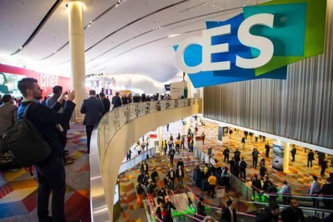 Los asistentes al CES se dirigen a la Sands Expo and Convention Center en Las Vegas el miércol ...