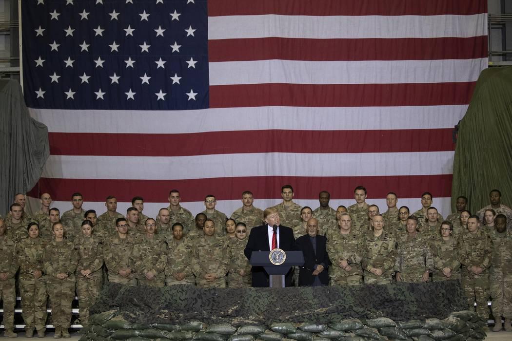 El presidente Donald Trump se dirige a los militares durante una visita sorpresa del Día de Ac ...