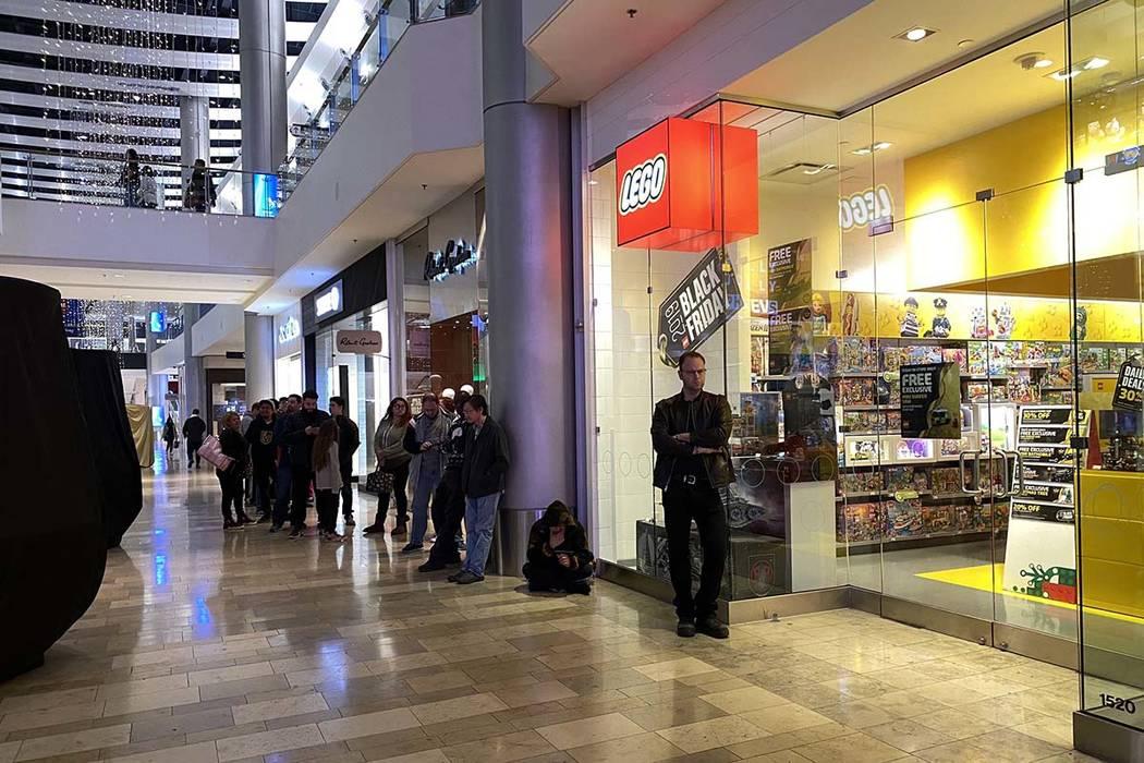 Los compradores de Black Friday hacen cola en la tienda LEGO dentro del centro comercial Fashio ...