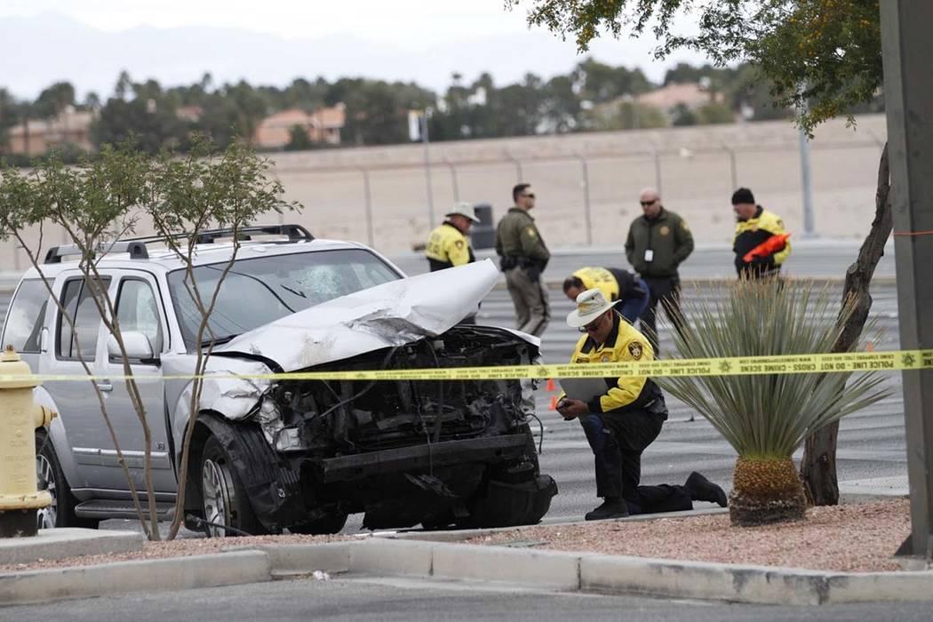 Policías de Las Vegas investigan un accidente fatal en Durango Drive y Russell Road en el suro ...