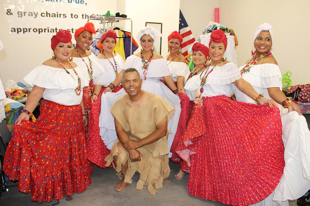 El profesor Policarpo Mejía y su grupo folklórico presentaron bailes tradicionales. Domingo 2 ...