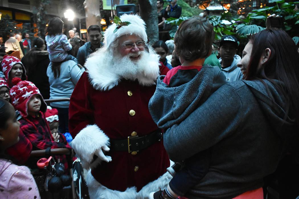 """""""Santa Claus"""" convivió con los niños y familias que se dieron cita en el hotel & casino S ..."""