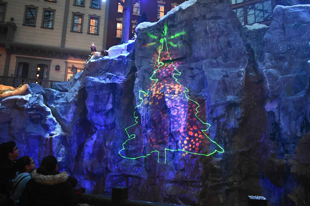 La atracción navideña en Mystic Falls Park es una tradición que comenzó en 1994. Miércoles ...