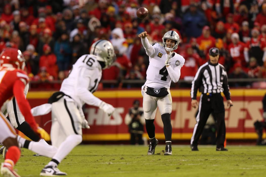 El mariscal de campo de los Oakland Raiders, Derek Carr (4), lanza el balón al receptor Tyrell ...