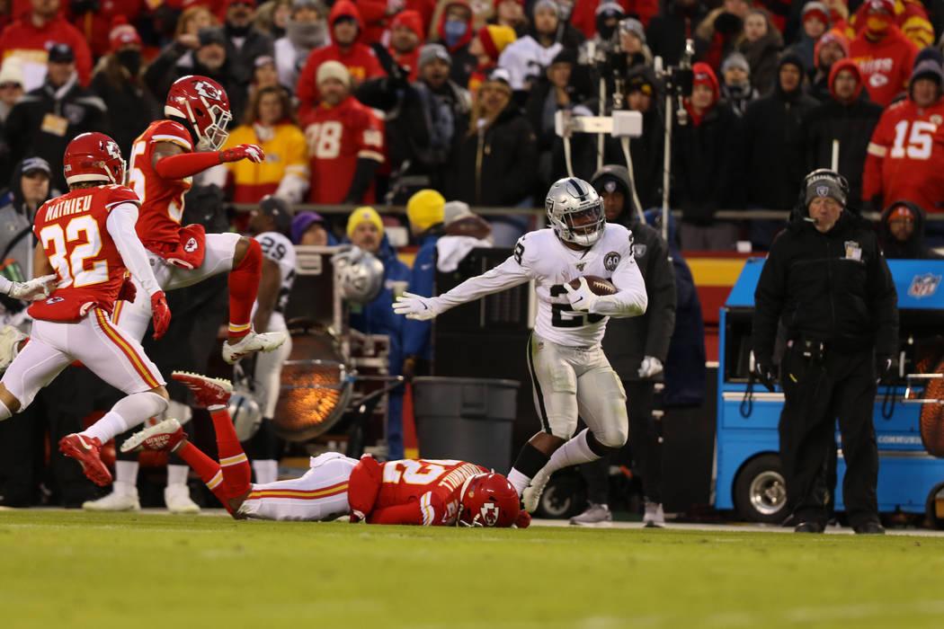 El corredor de los Oakland Raiders, Josh Jacobs (28), pelea por las yardas mientras Juan Thornh ...