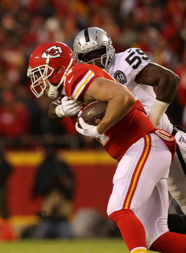Tahir Whitehead (59) de los Raiders, intenta teclear a Travis Kelce de los Kansas City Chiefs d ...