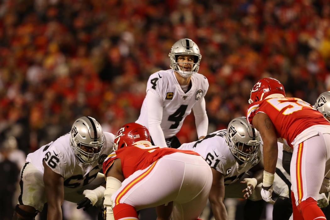 El mariscal de campo de los Oakland Raiders, Derek Carr (4), mira hacia arriba durante la segun ...