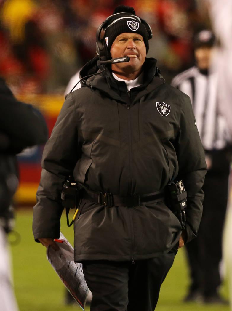 El entrenador principal de los Oakland Raiders, Jon Gruden, camina durante la segunda mitad de ...