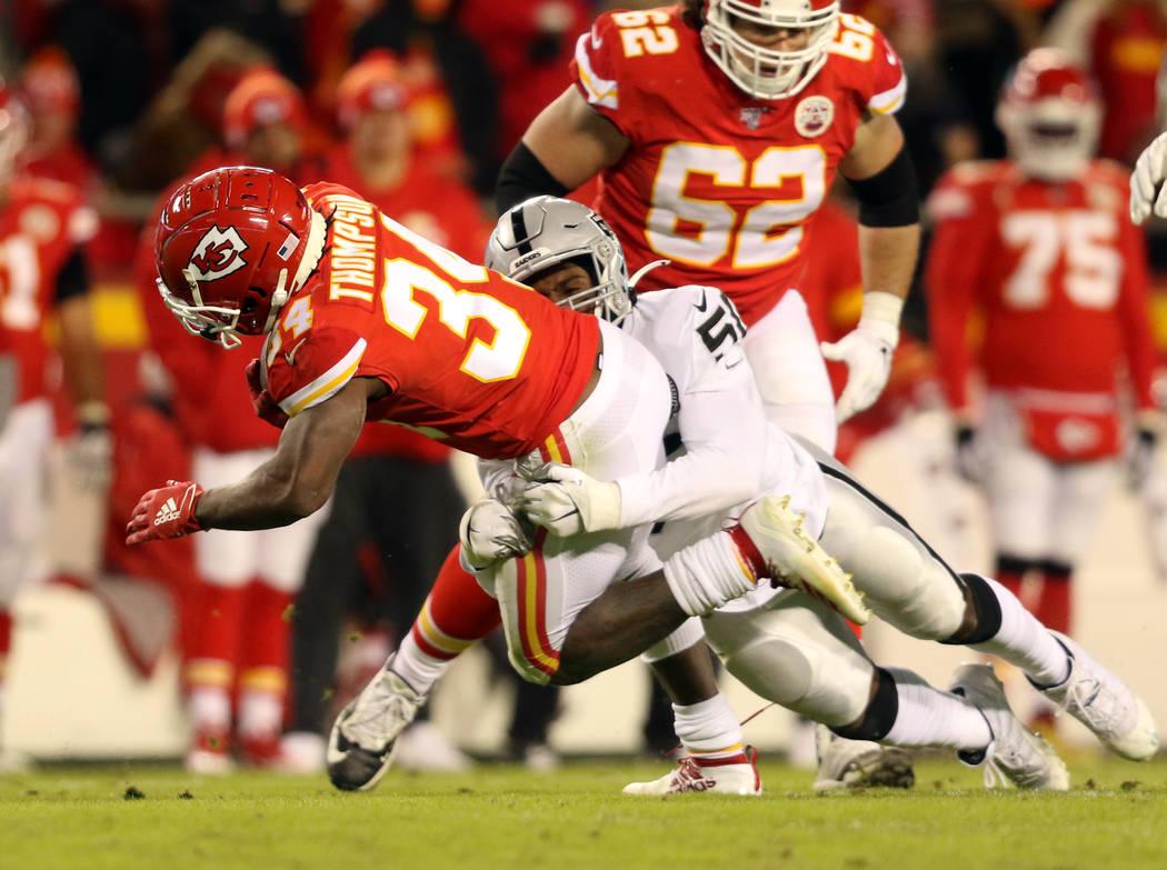 El defensa de los Oakland Raiders, Nicholas Morrow (50), ataca al corredor de los Kansas City C ...