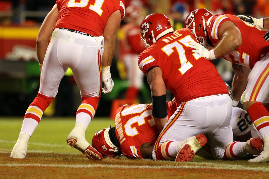 El corredor de los Kansas City Chiefs, Darwin Thompson (34), anota un touchdown durante la segu ...