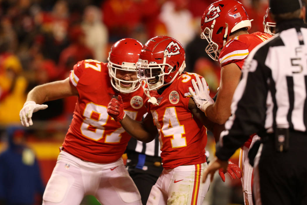 El corredor de los Kansas City Chiefs, Darwin Thompson (34), celebra su touchdown con Travis Ke ...