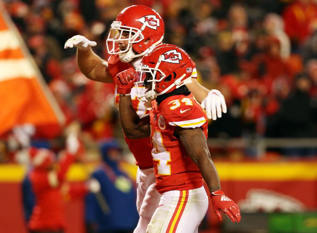 El corredor de los Kansas City Chiefs, Darwin Thompson (34), celebra su touchdown con el recept ...