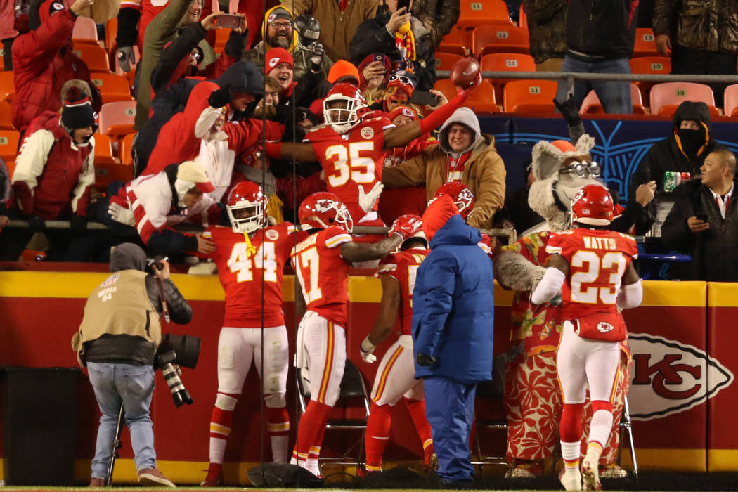 El cornerback de los Kansas City Chiefs, Charvarius Ward (35), celebra su marcador defensivo de ...