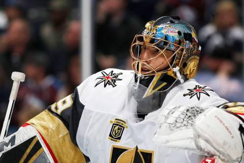 El portero de los Golden Knights de Las Vegas, Marc-Andre Fleury, se apoya en la red durante un ...